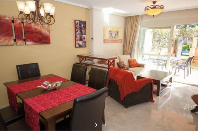 Dejlig-møbleret-lejlighed-Cabopino-stue