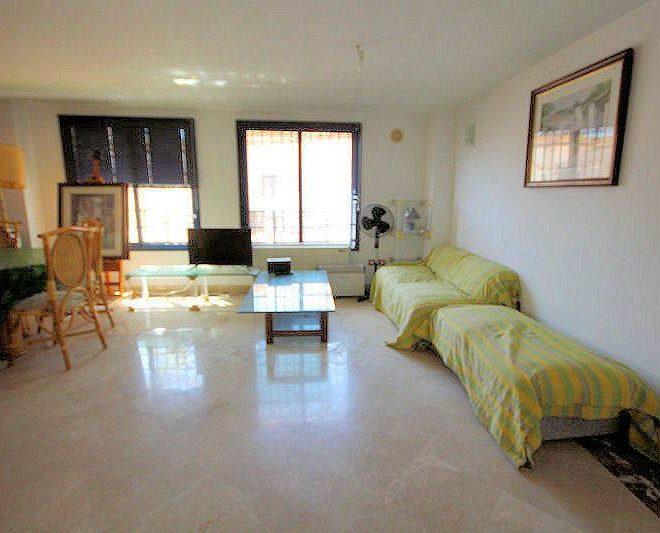 God-lejlighed-i-Cabopino-stue3