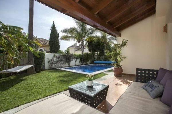 Rummelig-villa-til-salg-i-Nueva-Andalucia-pool