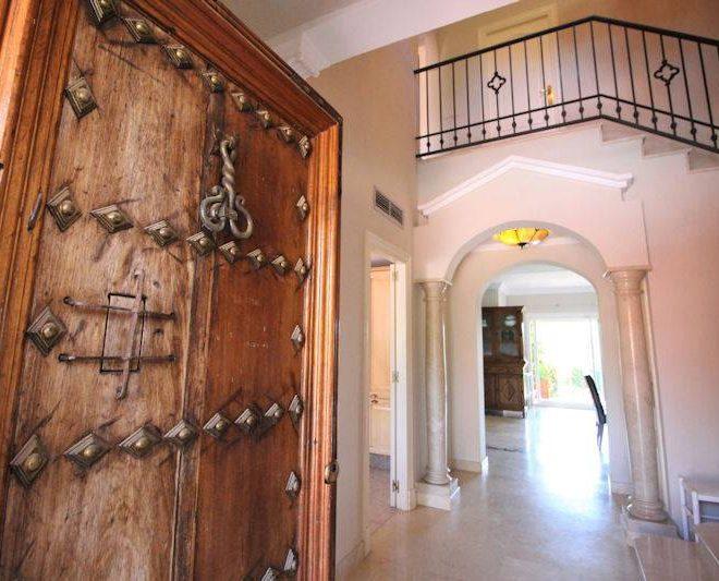 Smuk-Hus-til-salg-i-Puerto-Banus-entrance