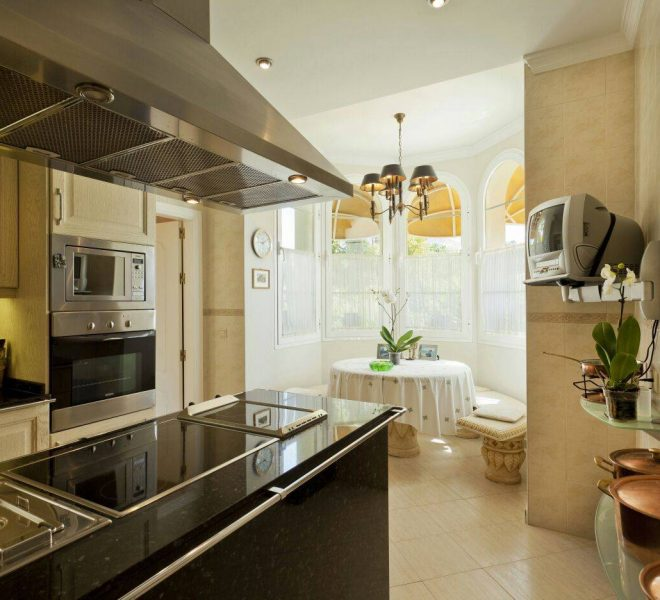 Smuk-villa-Golden-Mile-Marbella-kitchen