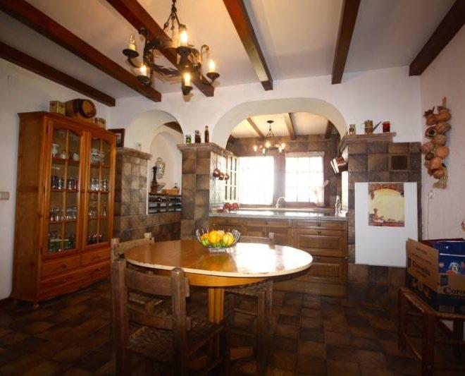 hermosa-villa-i-calahonda-til-salg-diningroom