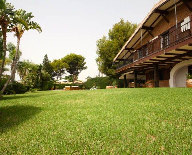 hermosa-villa-i-calahonda-til-salg-garden2