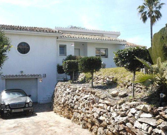 rummelig-villa-til-salg-i-cabopino-driveway