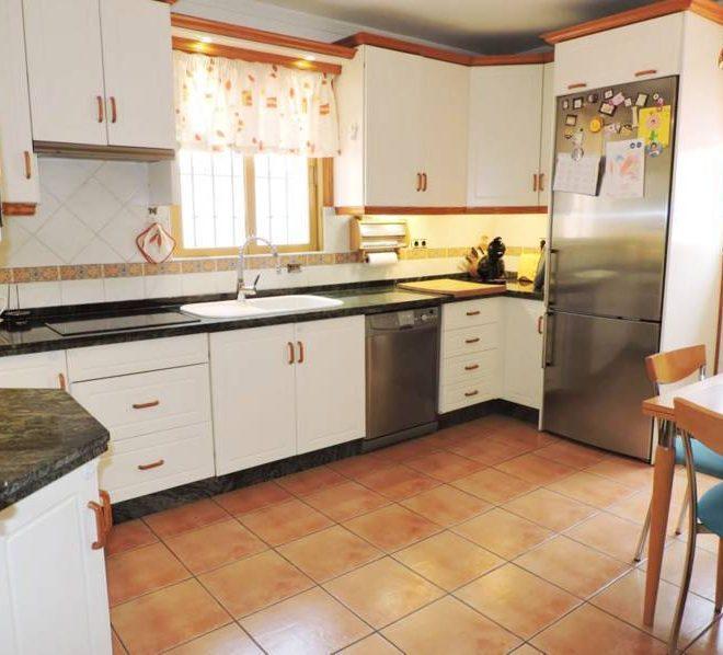 strandvilla-til-salg-i-el-rosario-marbella-kitchen