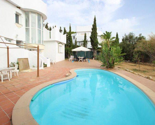 Smuk-Villa-til-salg-i-Reserva-de-Marbella-pool
