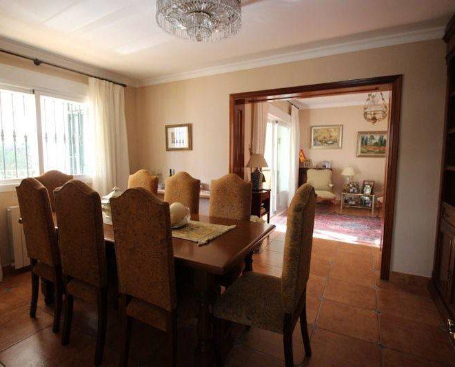Beachside-villa-Las-Chapas-diningroom