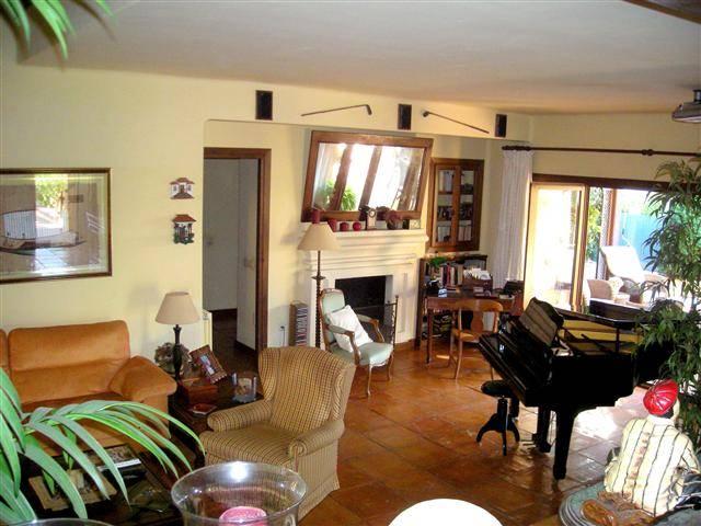 Fritliggende-villa-til-salg-marbesa-livingroom1