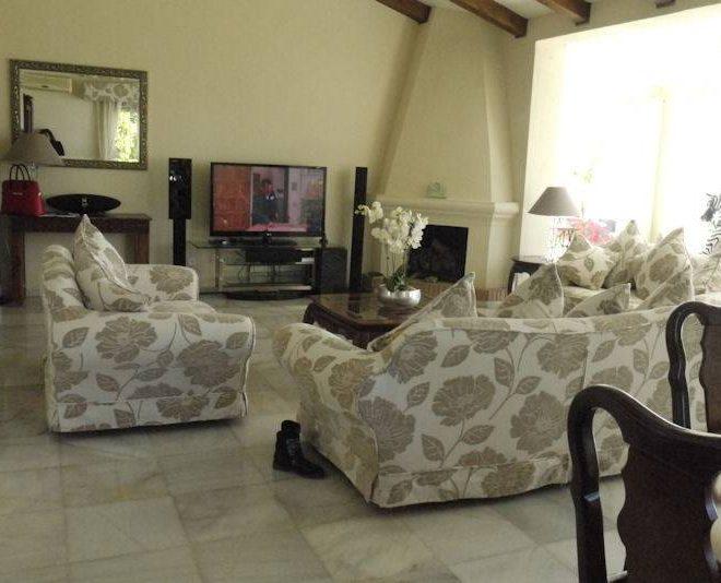 Rummelig-villa-til-salg-i-cabopino-livingroom