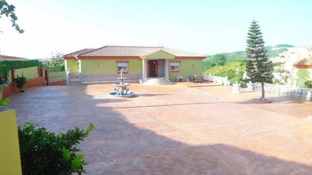 Villa-med-stor-grund-i-La-Cala-de-Mijas-courtyard
