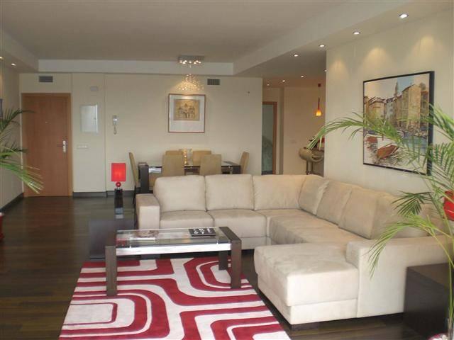 rummelig-luksus-lejlighed-puerto-Banus-livingroom